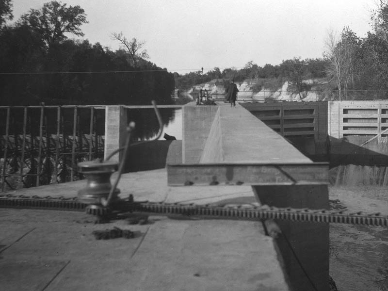 In this 1916 photograph you can see the dam to the left, one of the lock gates to the right, and the lock gate drive mechanism in the foreground.